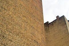 Huizen met stevige bakstenen muren Firewalls in de oude stad schoorsteen Stock Fotografie