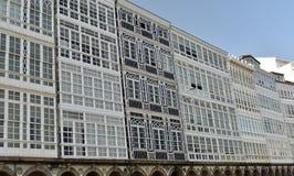 Huizen met witte houten galerijen Voorgeveldetails La Coruna, Spanje royalty-vrije stock afbeeldingen