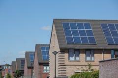 Huizen met zonnepanelen op het dak voor alternatieve energie Royalty-vrije Stock Foto