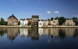 Huizen in Namen (België) dat in de rivier wordt weerspiegeld Royalty-vrije Stock Foto