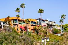 Huizen omhoog op een heuvel op een woondeel van San Diego, Californië stock foto's