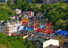 Huizen onder de groene bomen Kiev de Oekraïne Stock Fotografie