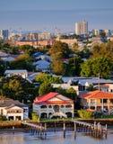 Huizen op Brisbane ` s riverfront in Bulimba stock foto