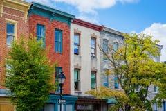 Huizen op Carrollton-Weg dichtbij Hollins-Markt in Baltimore, Maryland stock afbeelding