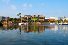 Huizen op de baai met bezinning in het water Royalty-vrije Stock Afbeelding