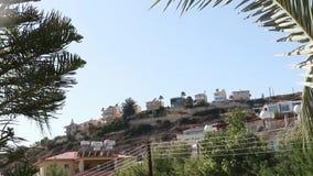 Huizen op de bergen in Cyprus stock footage