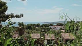 Huizen op de hellingen van heuvels, villa's en herenhuizen Spaanse stranden in Costa D ` Engelse Blanes Mallorca stock footage
