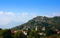 Huizen op de heuvel stock afbeeldingen