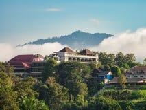 Huizen op de heuvel in Sangkhlaburi, Kanchanaburi, Thailand Royalty-vrije Stock Afbeelding