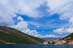 Huizen op de kust van Kotor Baai, Montenegro Stock Afbeeldingen