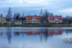 Huizen op de meerkust Stock Afbeelding