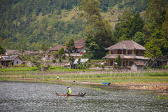 Huizen op de meerkust in Bali Stock Afbeelding