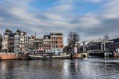 Huizen op de Rivier Amstel stock foto