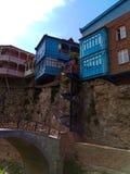 Huizen op de rots Tbilisi georgië stock afbeelding