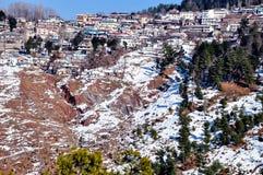 Huizen op de steile helling in de bergen Stock Foto's