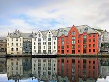 Huizen op de waterkant van Alesund Stock Foto's