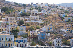 Huizen op een heuvel in het Eiland Symi, Griekenland Stock Afbeeldingen