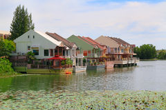 Huizen op een meer Stock Foto