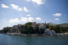 Huizen op eiland in Griekenland stock foto's
