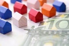 Huizen op euro rekening Stock Foto's