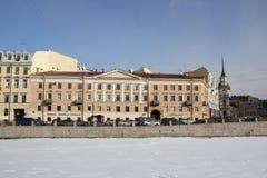 Huizen op Fontanka-dijk in de winter in St. Petersburg, Rusland royalty-vrije stock foto's