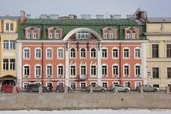 Huizen op Fontanka-dijk in de winter in St. Petersburg, Rusland royalty-vrije stock foto