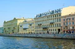 Huizen op Fontanka-rivier Heilige Petersburg stock afbeelding