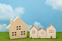 Huizen op groen gras over blauwe hemel en wolken Royalty-vrije Stock Afbeeldingen