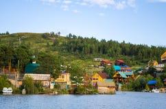 Huizen op het Bukhtarma-reservoir Royalty-vrije Stock Afbeeldingen