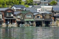 Huizen op het water in Amanohashidate stock fotografie