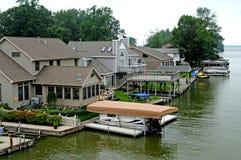 Huizen op het water bij Indisch Meer Ohio Stock Fotografie