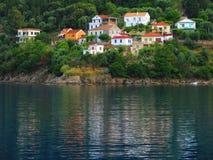 Huizen op kust van Ionische Overzees Royalty-vrije Stock Afbeeldingen