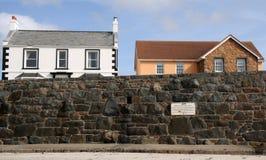 Huizen op kustweg bij Baai Cobo op Guernsey Royalty-vrije Stock Foto's