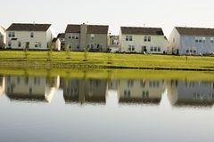 Huizen op meer Stock Afbeelding