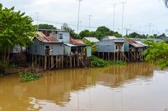 Huizen op polen in Mekong deltavietnam royalty-vrije stock afbeeldingen