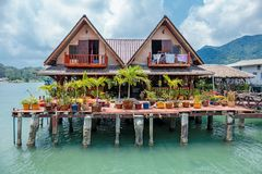 Huizen op stelten in het visserijdorp van Klap Bao, Koh Chang, stock fotografie
