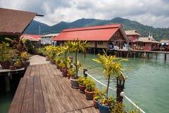 Huizen op stelten in het visserijdorp van Klap Bao, Koh Chang, stock foto