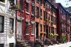 Huizen op Vrolijke Straat, de Stad van New York Stock Foto's