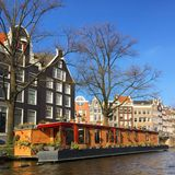 Huizen op water in Amsterdam stock afbeelding
