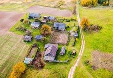 Huizen in platteland stock afbeelding