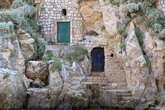 Huizen in rots Stock Afbeeldingen