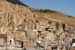 Huizen in rotsen op een heuvel in Kandovan-stad in Iran Stock Foto