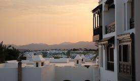 Huizen in stijl аrabic met witte muren en donkere houten balconi Stock Foto