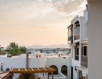 Huizen in stijl аrabic met witte muren en houten balkons Stock Fotografie