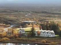 Huizen in Thingvellir in IJsland, dichtbij de continentale spleet, met landschap die in afstand verdwijnen royalty-vrije stock fotografie