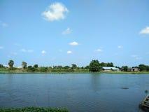 Huizen, tuin op rivieroever bij landelijk in Thailand stock afbeeldingen