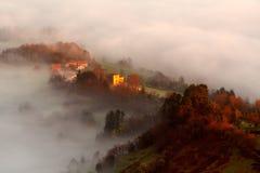 Huizen tussen de mist Stock Foto