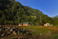 Huizen in vallei in de ochtend, Reshikhola, Sikkim Stock Foto's