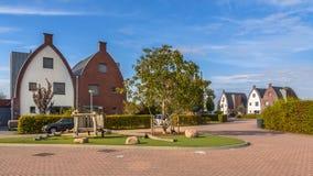 Huizen van de Conspicious de moderne familie met speelplaats Stock Fotografie