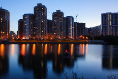 Huizen van de de lentezomer van de nachthemel de lichte in het park door de rivier Royalty-vrije Stock Foto